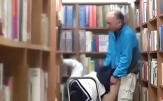 địt nữ sinh ở thư viện